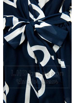 Granatowa midi sukienka z nadrukiem w motywie liter