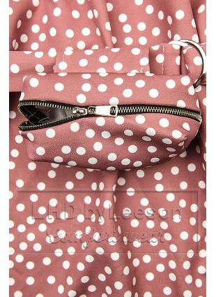 Różowa sukienka w kropki z torebeczką na pasku