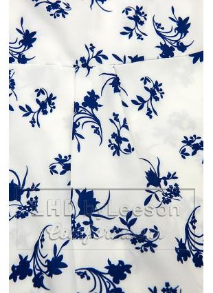Biało-niebieska bluzka z kwiecistym wzorem
