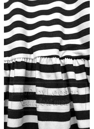 Czarno-biała luźna sukienka w paski II.